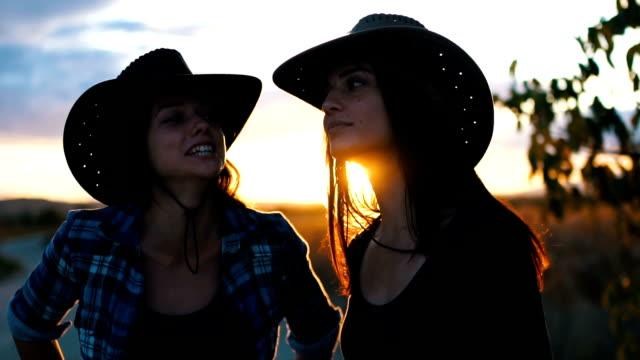 Zwei glückliche Frauen auf Sonnenuntergang
