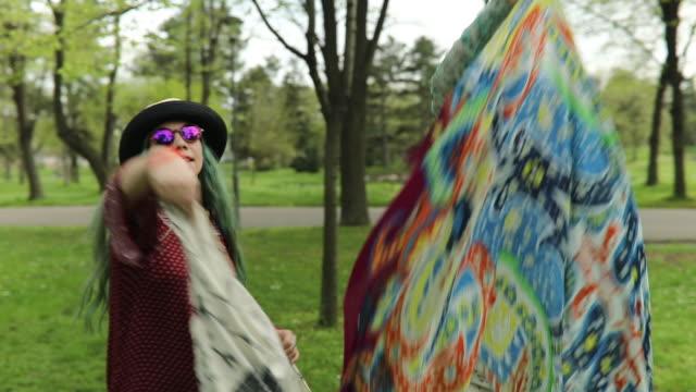 vídeos de stock, filmes e b-roll de duas garotas de hippie feliz se divertindo - cabelo verde