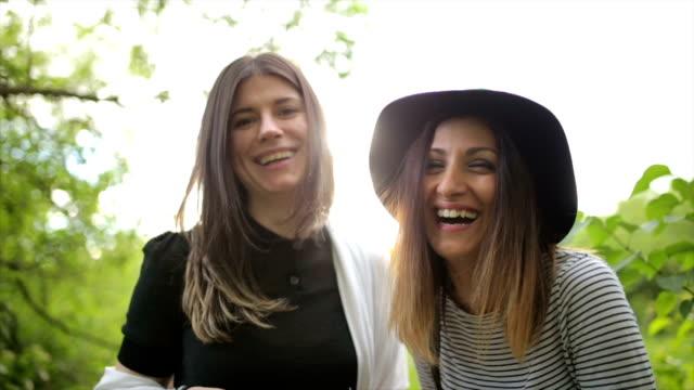 Zwei glückliche lesbische Frauen lachen im freien