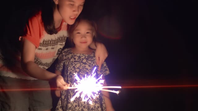 vídeos de stock e filmes b-roll de two happy young girls playing with sparkle - 14 15 anos