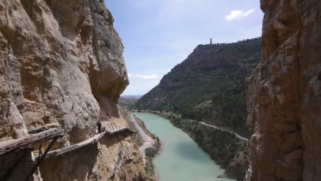 w/s. two hikers on camino del rey in el chorro, spain. - entfernt stock-videos und b-roll-filmmaterial