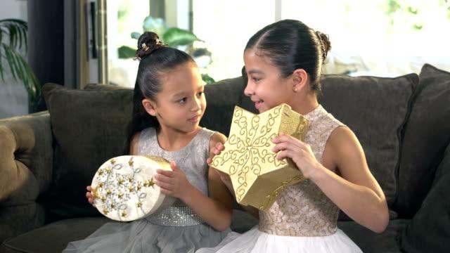 vídeos de stock e filmes b-roll de two hispanic girls with christmas gifts - 6 7 years