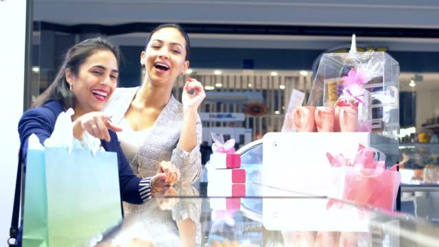 2人のヒスパニック系女性、ペストリーショップで買い物をする友人 - ギフトショップ点の映像素材/bロール