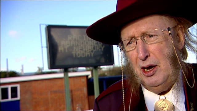 stockvideo's en b-roll-footage met two horses die suddenly in paddock before first race at newbury john mccririck interview sot cutaway electronic sign reading 'racing abandoned at... - john mccririck