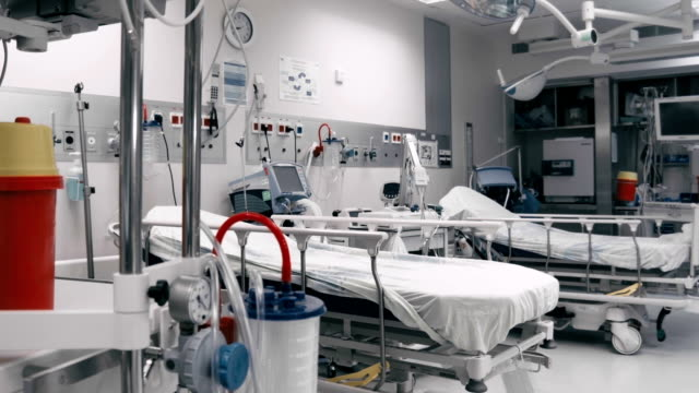 Dois hospital gurneys na sala de pós-operatório