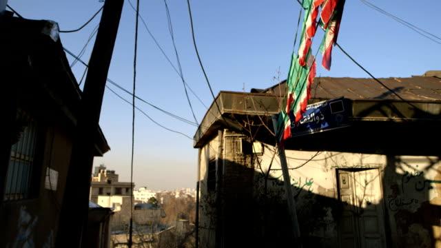 Zwei Häuser in einer kleinen Straße in Teheran