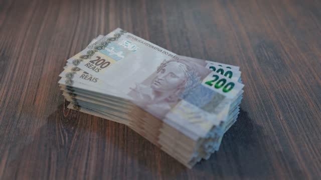 vídeos de stock, filmes e b-roll de pilha de duzentos reais - banknote