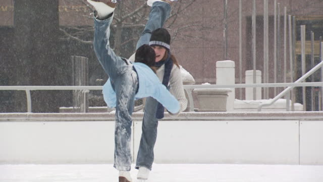 two ice skaters balancing together - altri spezzoni di questa ripresa 1145 video stock e b–roll