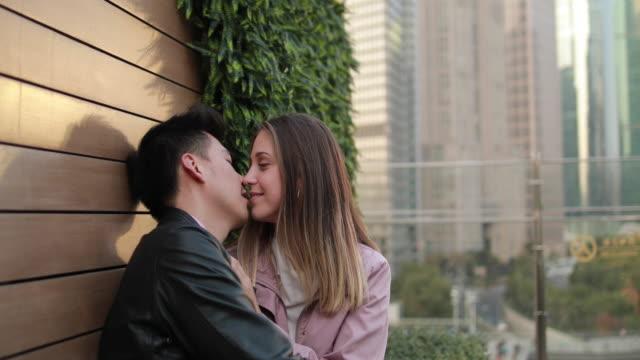 vídeos de stock, filmes e b-roll de dois no amor - flertar