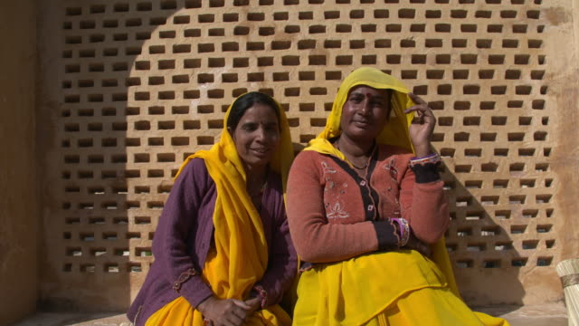 vídeos de stock, filmes e b-roll de two indian women in yellow vails in amber palace - palácio