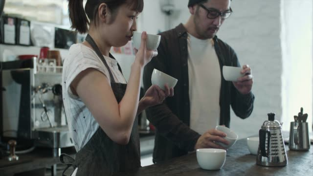 vídeos de stock e filmes b-roll de two japanese baristas test different coffee roasts - café e cultura