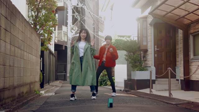 ダンスビデオで踊る2人の日本人の友人 - dancer点の映像素材/bロール