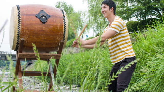 太鼓二人の日本人が一緒にドラムします。 - 太鼓点の映像素材/bロール