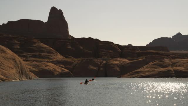 vidéos et rushes de two kayakers on a desert lake - lac powell