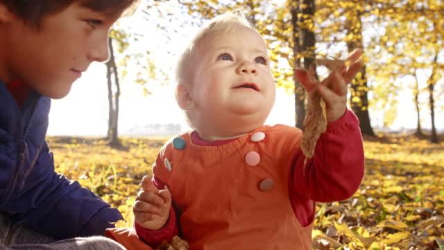 zwei kinder genießen sie den herbst - weibliches baby stock-videos und b-roll-filmmaterial