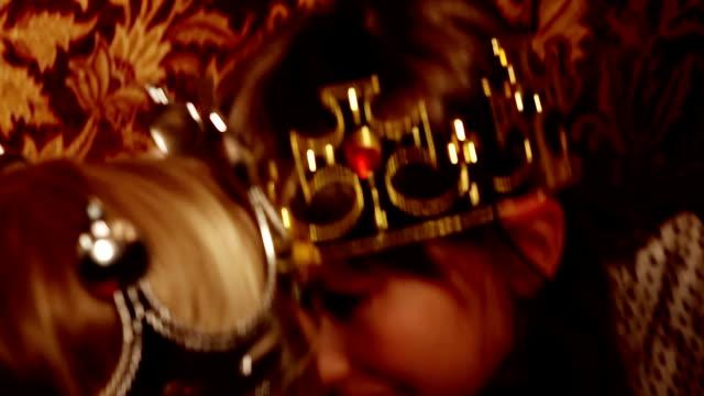 vídeos y material grabado en eventos de stock de dos reyes lucha - rey persona de la realeza