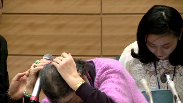 vidéos et rushes de two korean women who were forced to work in japan's wartime military brothels criticized on tuesday the landmark deal signed late last year between... - coréen