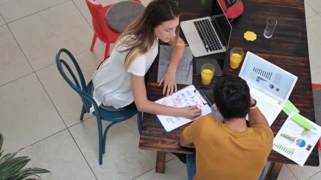 två latinamerikanska unga entreprenörer på posten arbetar tillsammans - latin american and hispanic ethnicity bildbanksvideor och videomaterial från bakom kulisserna