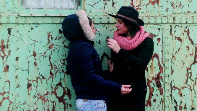 vídeos y material grabado en eventos de stock de dos chicas lesbianas coquetear - lesbianas