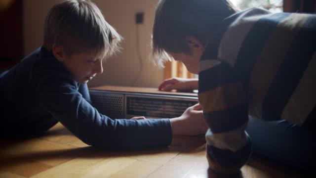 vidéos et rushes de deux petits garçons jouant avec la vieille radio. - analogique