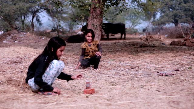 Zwei kleine Mädchen spielen