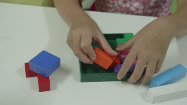 vídeos de stock e filmes b-roll de two little girl playing puzzle game together - 4 5 anos