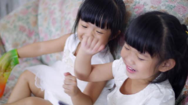 携帯電話に触れる 2 つの小さな女の子 - 赤ちゃんのみ点の映像素材/bロール