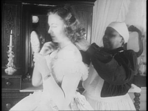 vidéos et rushes de two little girls hug / one lifts her dress to display ruffled bloomers and then curtsies / in a bedroom a woman is fitted with a large hoop dress by... - armée des états confédérés