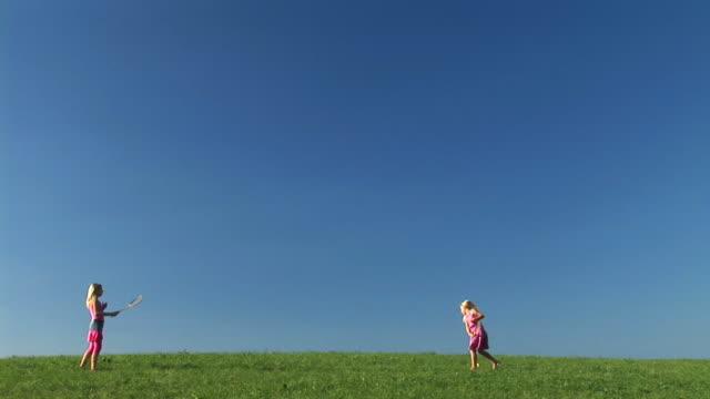 vídeos de stock, filmes e b-roll de hd: duas meninas brincando de badminton - badmínton esporte