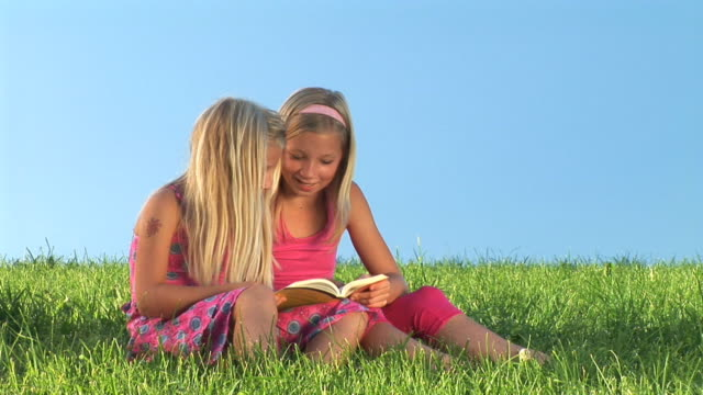 HD: Zwei Mädchen lesen