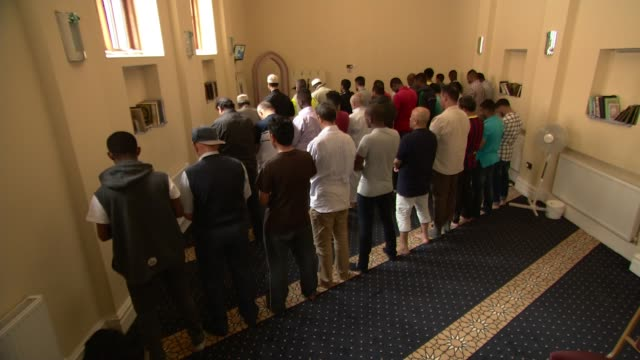 vidéos et rushes de two london mosques given protected heritage status int muslims at worship in liverpool muslim institute general view liverpool muslim institute int... - mosquée