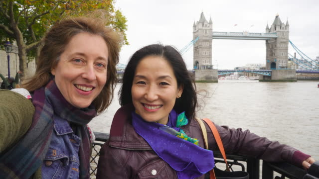 vídeos y material grabado en eventos de stock de two loverly women having a fun day out in london. - coreano oriental