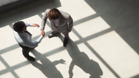 vídeos y material grabado en eventos de stock de dos compañeros de negocios masculinos sacudiendo las manos - two people