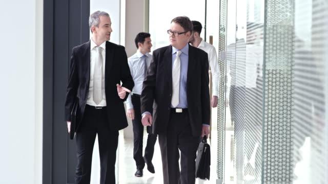 SLO, MO, zwei männliche Manager zu Fuß auf dem Flur