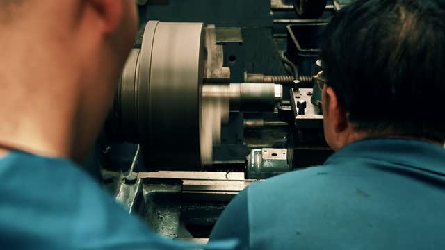 2人の男性工場従業員が働いている - 建設機械点の映像素材/bロール
