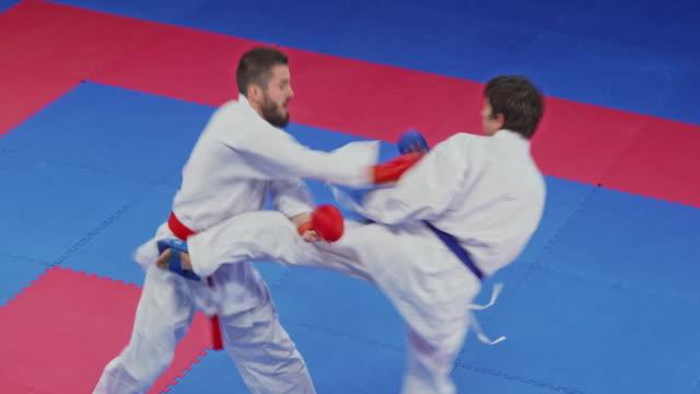 vídeos de stock, filmes e b-roll de luta de dois homens em uma competição do karaté - karate
