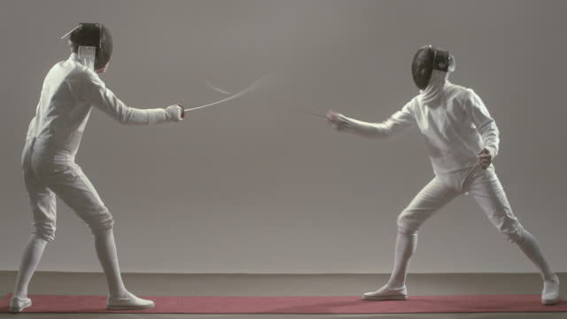 vídeos y material grabado en eventos de stock de ws two man in fencing gear raising foils and beginning match/ match ending and men removing masks and shaking hands/ new york, new york - en guardia