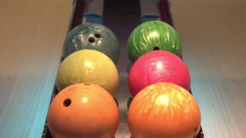 stockvideo's en b-roll-footage met twee mensen schakelen bowlingbal en helpen samen - number 6