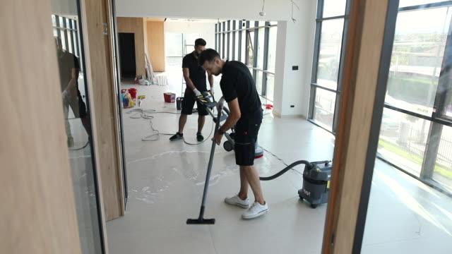 vídeos y material grabado en eventos de stock de dos trabajadores manuales de lavado de suelo con depurador - piso de edificio