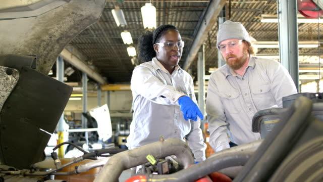 zwei mechaniker arbeiten am sattelzug - motor stock-videos und b-roll-filmmaterial