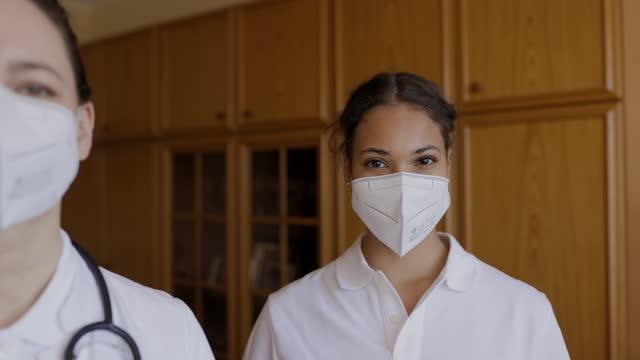 vídeos y material grabado en eventos de stock de dos trabajadores médicos de guardia durante pandemia - trabajador de primera línea