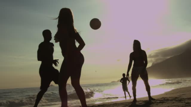 ვინ თქვა, რომ გოგონებმა ფეხბურთის თამაში არ იციან ? - პლიაჟზე გადაღებული ვიდეო, სადაც სექსუალური გოგონები ფეხბურთს უფრო შეგაყვარებენ