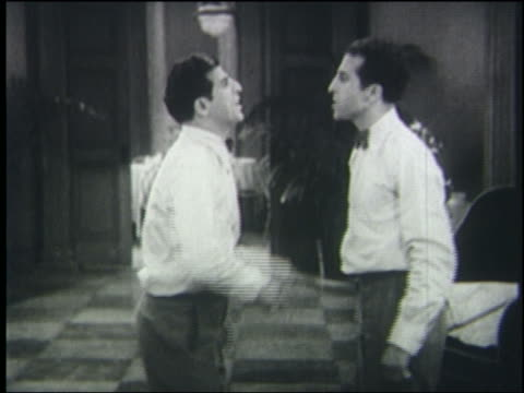 vídeos de stock e filmes b-roll de b/w 1931 two men (frank and alfred molino) argue, point in each other's faces, slap each other's faces - discutir