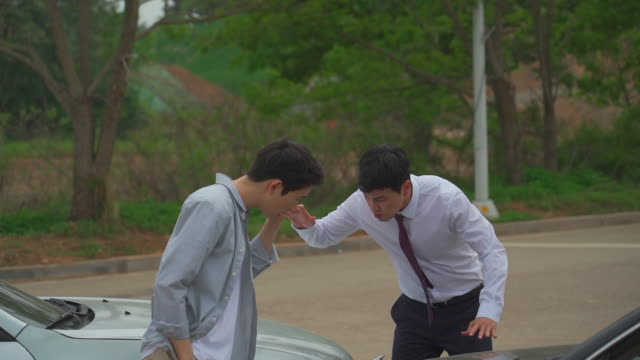 stockvideo's en b-roll-footage met two men arguing after a car accident - bumper