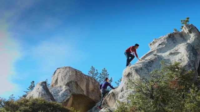 2 人の男性ボルダリング - スローモーション - エンジェルス国有林点の映像素材/bロール
