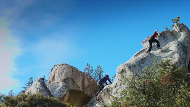 岩を登る二人 - エンジェルス国有林点の映像素材/bロール