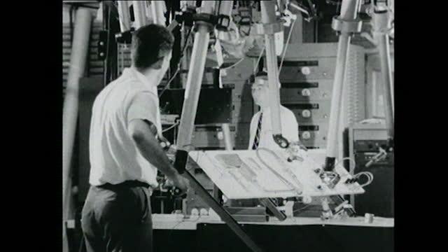 two men control robotic arms - 人の姿点の映像素材/bロール