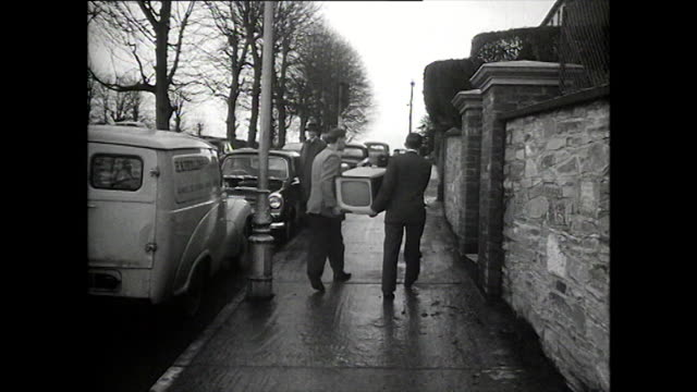 vidéos et rushes de b&w two men deliver a television to a house; 1957 - carrying