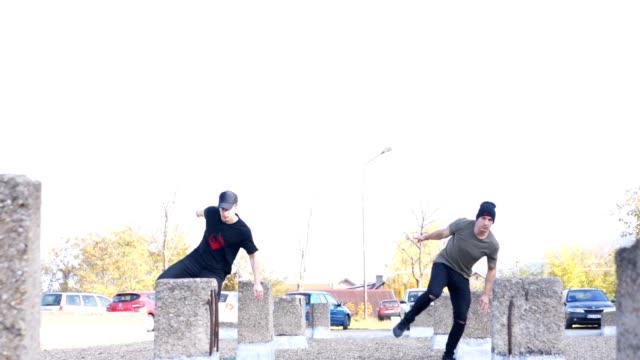 stockvideo's en b-roll-footage met twee mannen die vrij lopen parkour - extreme sporten