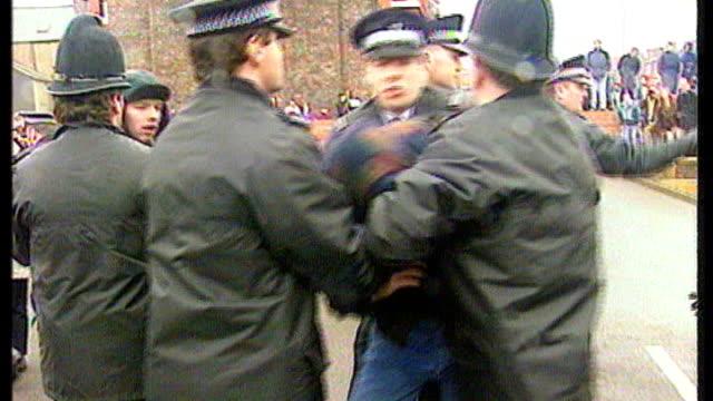 two men found guilty of breaching ban on jamie bulger killers' adult identities; 22.2.1993 / bsp220293001 liverpool: sefton magistrates court: ext... - ジョン ベナブルズ点の映像素材/bロール